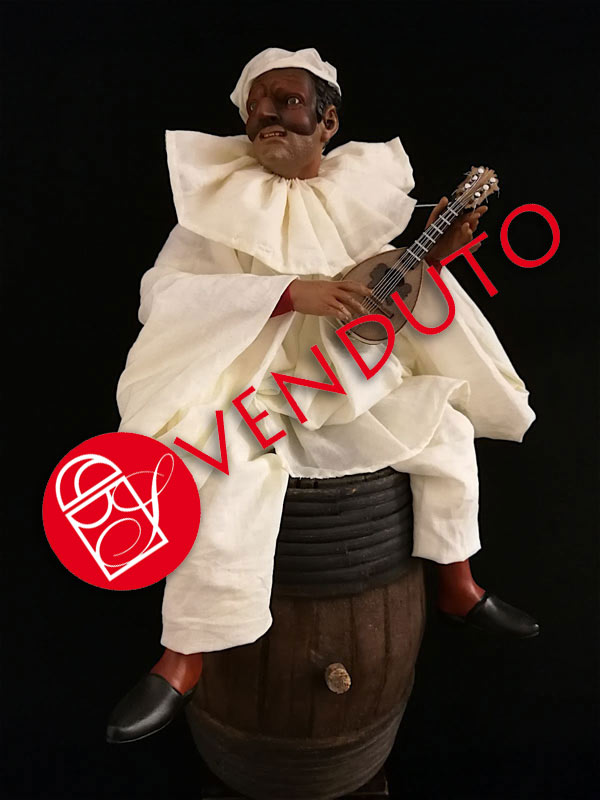 0033 Pulcinella con mandolino su botte - h 30cm