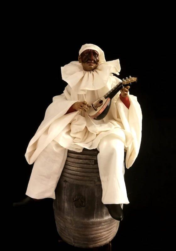 0083 Pulcinella con mandolino su botte - h 30 cm