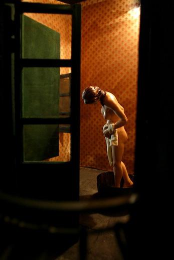 Donna Nuda Intenta A Lavarsi