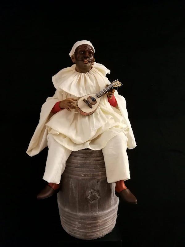0068 Pulcinella su botte con mandolino - h 30 cm