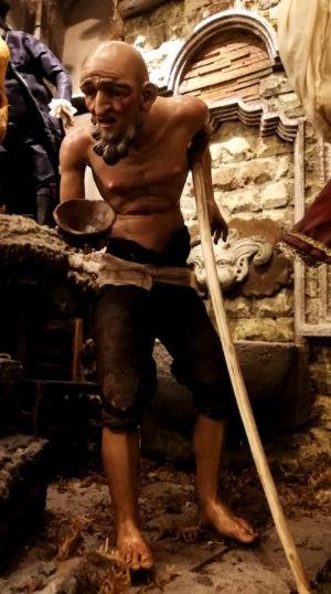 0246 Vecchio mendicante (mezza accademia) h 30cm
