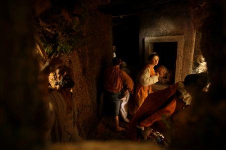 Presepe di New York - sette opere della Misericordia (da Caravaggio)