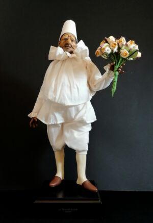 00122 Pulcinella tiepolesco con mazzo di fiori - h 30 cm